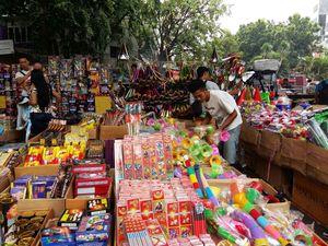 Jelang Tahun Baru, Penjual Terompet dan Mercon Menjamur di Asemka
