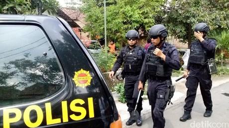 Polisi saat memburu terduga teroris. (Foto: Enggran Eko Budianto/detikcom)