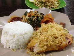 Ayam Penyet Jakarta: Nasi Ayam Penyet Plus Urap yang Mantap