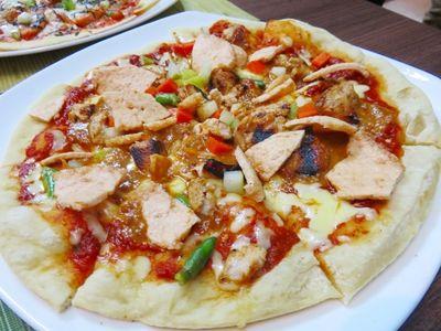 Bagaimana Rasa Pizza Bertopping Tom Yum dan Sate Ayam?