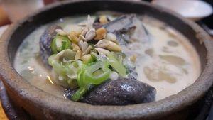 Menikmati Sup Ayam Hitam dari Restoran Samgyetang Populer