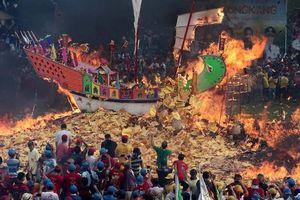 Warga & Pengunjung Padati Ritual Bakar Tongkang di Bagansiapiapi