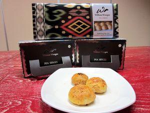 Enaknya Ngemil Pia Premium dengan Isian Keju Edam dan Peanut Caramel
