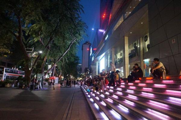 Duduk sambil menikmati atraksi musik jalanan jadi salah satu pilihan banyak orang