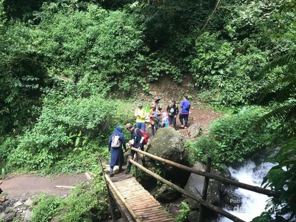 Sebuah jembatan bambu mendekati Coban.
