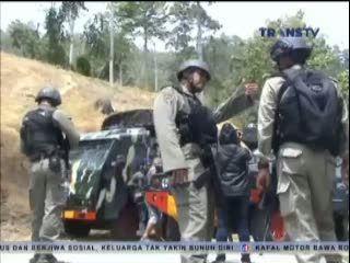 Kelompok Sipil Bersenjata Tembaki Iring-iringan Kendaraan Polisi