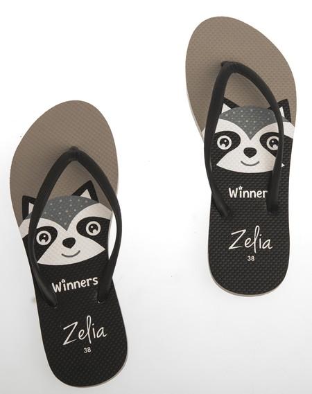 Slipper Zelia adalah Alas kaki Wanita berbahan karet yang lentur dan nyaman untuk keperluan sehari hari dengan motif Musang yang lucu