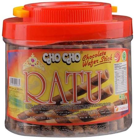 Cho Cho Ratu Wafer Stick. Wafer stick dengan rasa cokelat yang lezat serta wafer yang gurih, sangat cocok sebagai teman kumpul bersama keluarga. Selain itu bisa juga untuk topping di eskrim dan juga hiasan kue.