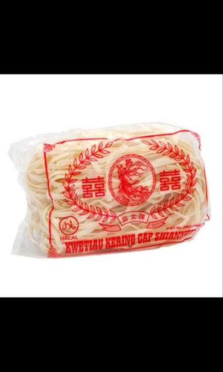 Kwetiau kering adalah kwetiau yang terbuat dari bahan baku terigu, kering dan tahan lama, tidak basi seperti kwetiau basah yang mentah. Kwetiau kering ini banyak digunakan oleh rumah makan, restoran, untuk dimasak kuah maupun digoreng, karena lebih mengun