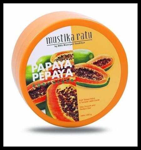 Mustika Ratu Scrub Pepaya Terbuat dari bahan alami ekstrak papaya. Mengandung vitamin C & E yang mengurangi kulit kusam dan menjaga kecerahan kulit. Menjadikan kulit terasa lembut dan halus. Dapat mengangkat sel-sel kulit mati. Dengan butiran scrub yang d