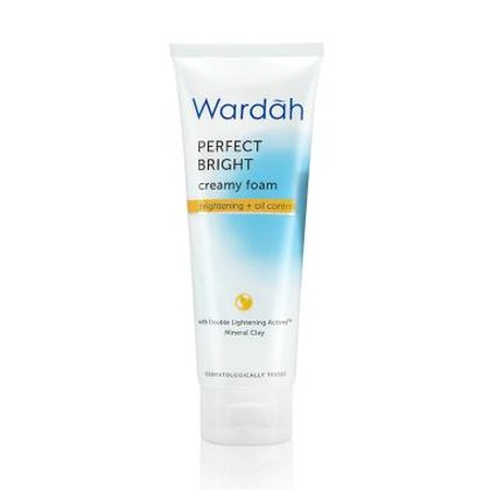 Wardah Perfect Bright Creamy Foam Brightening + Oil Control Inovasi skin Lightening System, dengan Double Lightening Actives + PoreCleanse Agent. Kombinasi extract Licorice dan Vit B3 yang dikenal mencerahkan* serta menjaga kelembaban kulit wajah dikombin