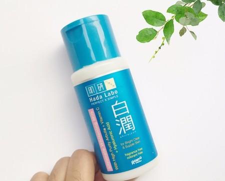 Mengandung Arbutin untuk memudarkan vlek hitam sehingga terlihat lebih cerah berseri  Diperkaya dengan vitamin C untuk membantu warna kulit terlihat lebih merata dan memperbaiki kulit kusam yang disebabkan sinar UV  Mengandung Hyaluronic Acid untuk mena