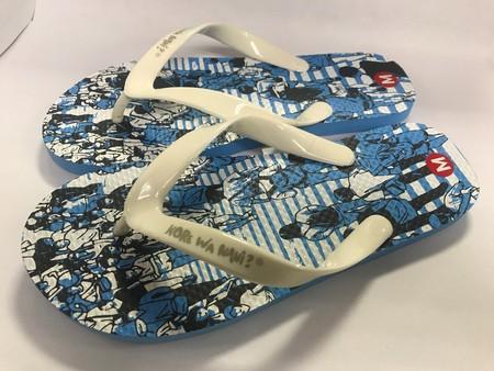 Slipper Kore Nani adalah Alas kaki Unisex berbahan karet yang lentur dan nyaman untuk keperluan sehari hari dengan motif menarik