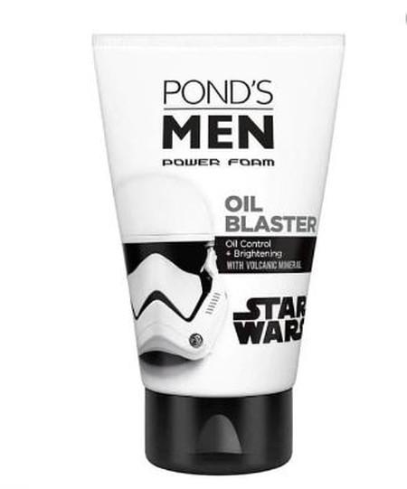 Pond's Men Oil Blaster Sabun Muka [100 g] Facial foam yang diformulasikan khusus untuk pria dengan tema Star Wars! Mengandung Volcanic Mineral dan Vitamin B3 untuk menyerap dan mengontrol minyak berlebih pada wajah, sambil mencerahkan wajah seketika.