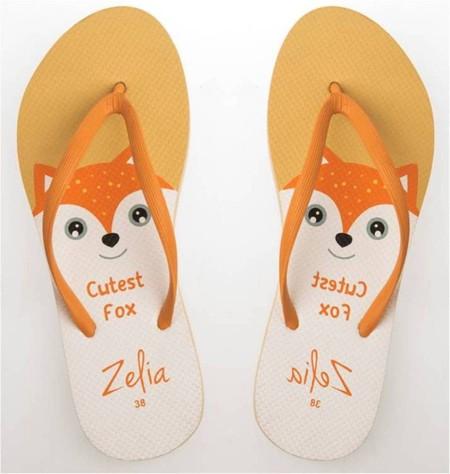 Slipper Zelia adalah Alas kaki Wanita berbahan karet yang lentur dan nyaman untuk keperluan sehari hari dengan motif Serigala yang lucu