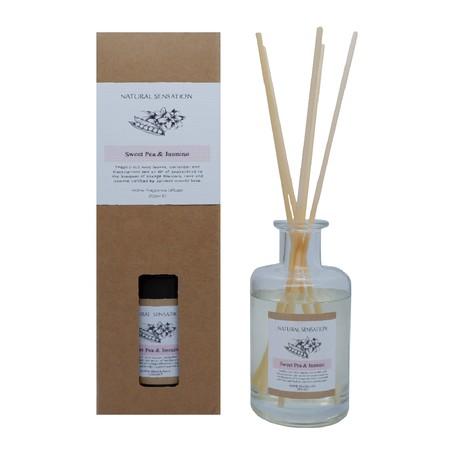 Diffuser dengan aroma mewah lengkap dengan Tongkat Reed Rotan, Minyak Esensial yang wangi, botol kaca dan kotak produk yang cantik.  Pengharum Udara cocok digunakan disegala ruangan  Brand: OKIDOKI Materials: solvent, fragrance, additive, with 12% premium fragrance Product Size: 200 ML varian: Sweet Pea & Jasmine