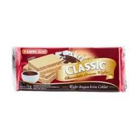 KHONG GUAN Classic Wafer Coklat 72 gr KHONG GUAN Classic Wafer Coklat merupakan wafer dengan isi krim coklat yang kelezatan dan kerenyahannya pas di lidah Anda.  Memiliki tekstur yang renyah dengan isi krim coklat yang lembut sehingga membuat Anda ketagih