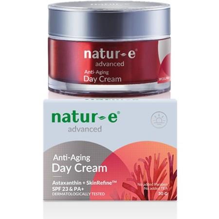Natur E Advanced Day Cream Melembapkan kulit dan membuatnya tampak lebh cerah. Mengandung Astaxanthin dari ganggang merah yang melindungi lapisan kolagen dari kerusakan radikal dan dilengkapi dengan SPF23/PA+ yang melindungi kulit dari paparan radiasi sin