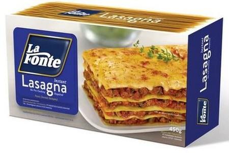 LA FONTE Lasagna Pasta [450 g] merupakan lasagna instan yang diproduksi untuk memudahkan Anda yang ingin menyajikan atau menikmati makanan khas Italia dengan mudah dan praktis. Lasagna instan ini terbuat dari gandum durum Semolina yang kaya protein, menga