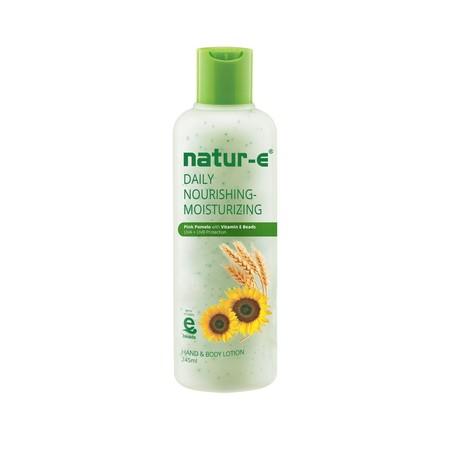 Natur E Daily Nourishing Lotion Memberikan perawatan kulit dari luar dengan butiran e-beads yang dapat meresap sempurna hingga ke lapisan kulit yang lebih dalam untuk menjaga kelembaban lebih lama. Dilengkapi juga dengan tabir surya yang efektif melindung