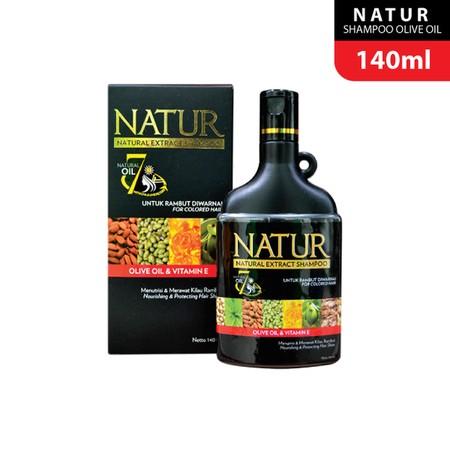 Natur Shampoo Olive Oil membersihkan rambut dan kulit kepala. Juga menjaga kelembapan rambut.