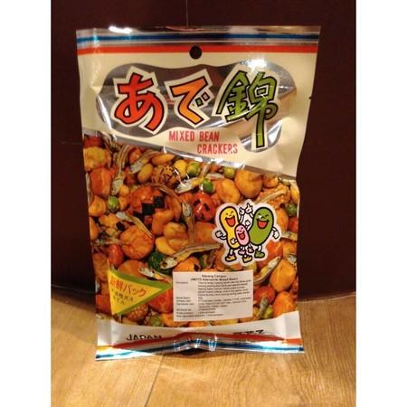 Imoto Adenishiki [Japanese Mixed Bean Crackers] Dengan Ikan Traditional Japanese Mixed Bean Crackers, kacang campur khas Jepang yang mengkombinasikan senbei (kraker beras Jepang), kacang polong & ikan teri yang gurih.