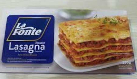LA FONTE Lasagna Pasta [230 g] merupakan lasagna instan yang diproduksi untuk memudahkan Anda yang ingin menyajikan atau menikmati makanan khas Italia dengan mudah dan praktis. Lasagna instan ini terbuat dari gandum durum Semolina yang kaya protein, menga