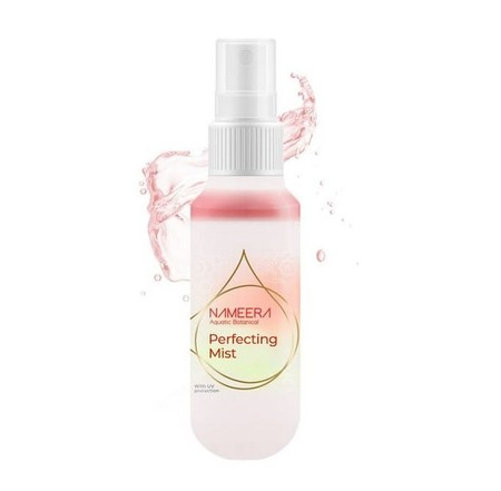 NAMEERA Purifying Glow Perfect Mist merupakan pembersih wajah dalam bentuk spray untuk wanita persembahan Nameera. Pembersih wajah ini dengan UV Protection, selain dapat digunakan sebagai face primer (digunakan sebelum make up) juga dapat digunakan sebaga