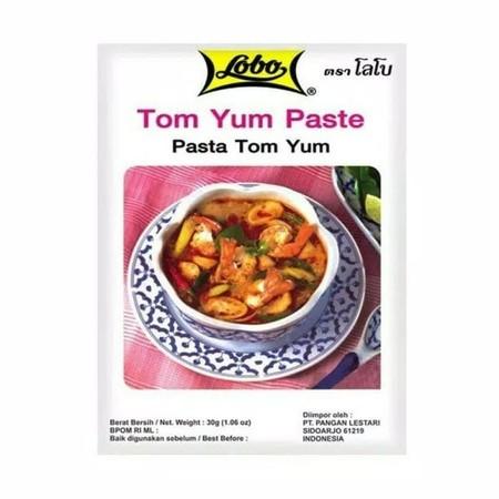 Lobo Tom Yum Paste Bumbu Masak [30 g] merupakan bumbu masak dengan komposisi garam, gula, minyak kedelai, serai, penguat rasa (natrium glutamat), pengatur keasaman (asam nitrat), bubuk cabe, asam, bawang merah, bawang putih, lengkuas, dan jus lemon. yang