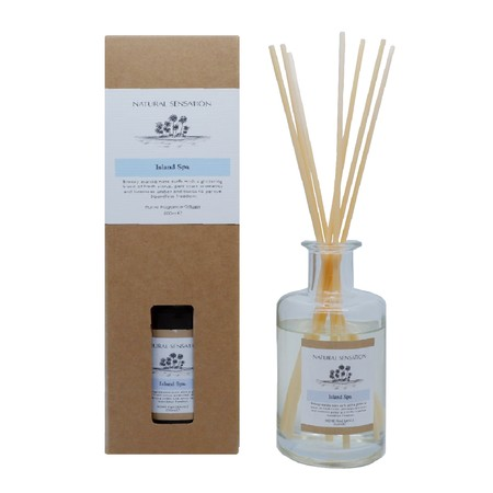 Diffuser dengan aroma mewah lengkap dengan Tongkat Reed Rotan, Minyak Esensial yang wangi, botol kaca dan kotak produk yang cantik.  Pengharum Udara cocok digunakan disegala ruangan  Brand: OKIDOKI Materials: solvent, fragrance, additive, with 12% premium fragrance Product Size: 200 ML varian: Island Spa