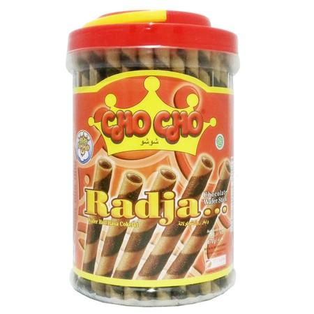 Cho Cho Radja Wafer Stick Wafer stick dengan rasa cokelat yang lezat dan wafer yang gurih, sangat cocok sebagai teman kumpul bersama keluarga. Selain itu bisa juga untuk topping di eskrim dan juga hiasan kue.