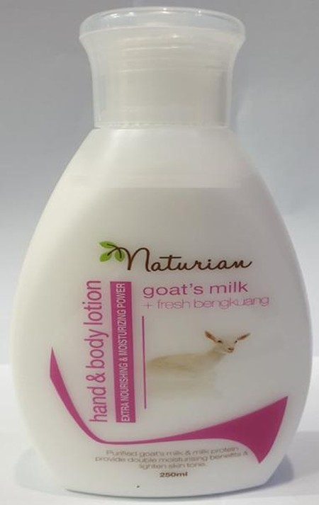 Naturian Goat's Milk Fresh Bengkoang Hand & Body Lotion diperkaya dengan susu kambing yang mengandung vitamain dan mineral yang baik bagi kulit sehingga kulit terasa lembap dan lembut. Selain itu terdapat enzim pepaya yang dapat membuat kulit tampak cerah