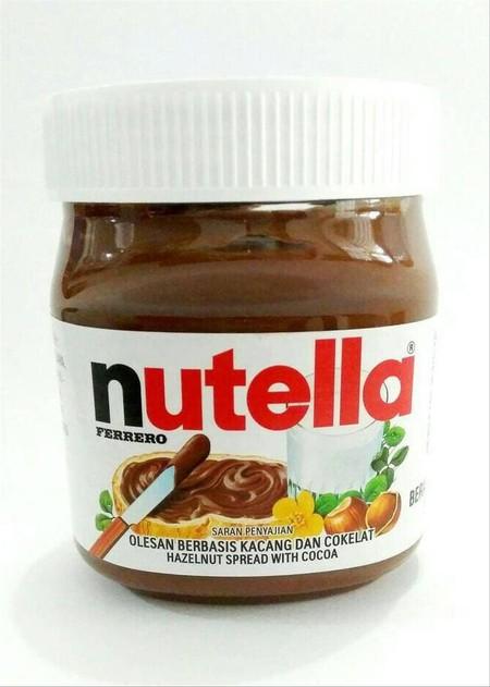 Selai Cokelat Hazelnut Nutella Isi 350 Gram Original. Nutella Adalah Olesan Hazelnut-Kakao Dengan Tektur Yang Lembut Dan Krimy Berkat Campuran Bahan-Bahan Yang Berkualitas Dalam Resep Rahasia : Hazelnut, Susu Skim Dan Kakao Pilihan Untuk Kelezatan Rasa. S