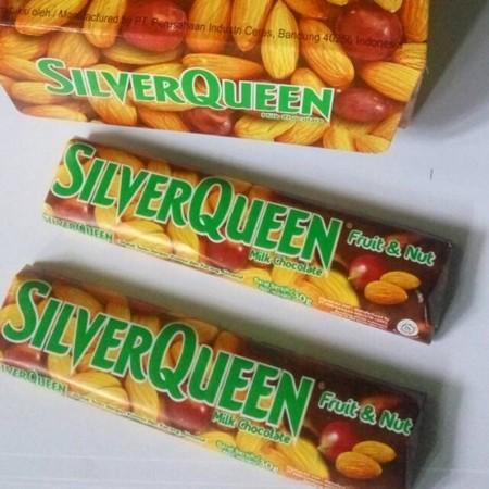 SilverQueen Fruit dan Nut Cokelat [30 g] merupakan coklat yang terbuat dari perpaduan bahan seperti coklat, susu, dengan kismis dan kacang almond, dengan perpaduan rasa yang sangat lezat sehingga cocok dinikmati saat santai bersama teman dan keluarga.