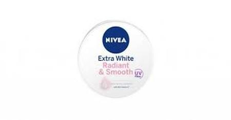 Nivea Sensational Body Extra White Radiant & Smooth memiliki 40x Vitamin C dari Ekstrak Camu-camu Berry mampu meratakan kecerahan kulitmu. Double UV Filters dapat melindungi sehingga mencegah kulit tidak kembali menghitam dan penuaan dini akibat sinar UVA
