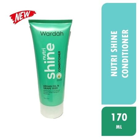 Wardah Nutri Shine CONDITIONER mengandung bahan aktif natural yang bekerja multiaksi. Kombinasi Ginseng Extract, Rosemary Extract, dan Keratin bantu menutrisi dan memberikan perlindungan pada setiap helai rambut. Bantu merawat rambut dari kerapuhan dan ke