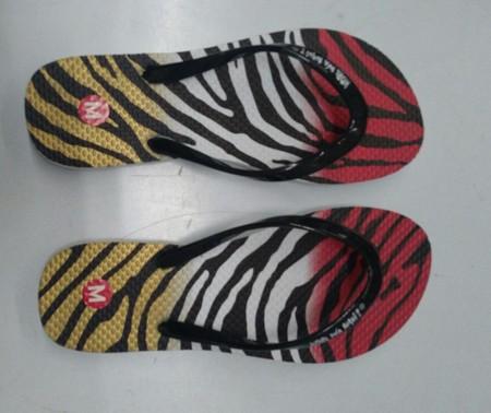Slipper Kore Nani adalah Alas kaki berbahan karet yang lentur dan nyaman untuk keperluan sehari hari dengan motif menarik