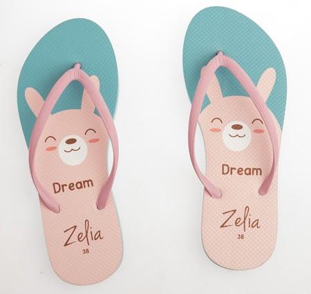 Slipper Zelia adalah Alas kaki Wanita berbahan karet yang lentur dan nyaman untuk keperluan sehari hari dengan motif Kelinci yang lucu