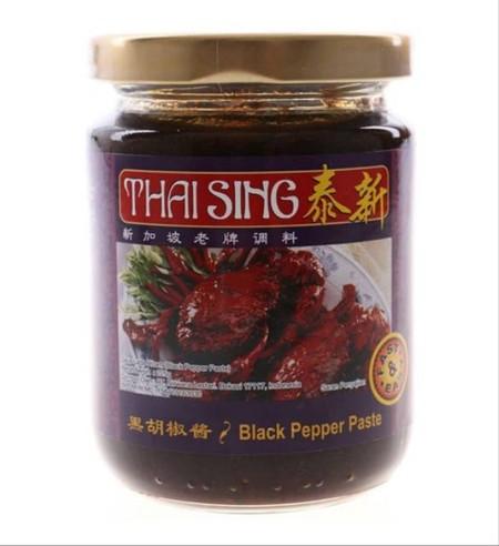 Saus lada hitam dari THAI SING yang diproduksi siap pakai untuk membantu Anda menghasilkan sajian masakan dengan racikan saus lada hitam yang lezat. Saus terbuat dari bahan-bahan, bumbu, dan rempah pilihan berkualitas yang diolah secara higienis untuk me