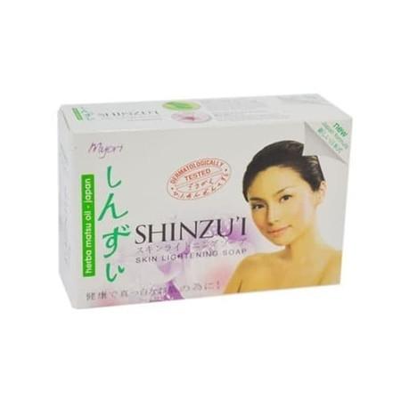 Sabun batang untuk membersihkan kulit dan menjaga kelembapan kulit.
