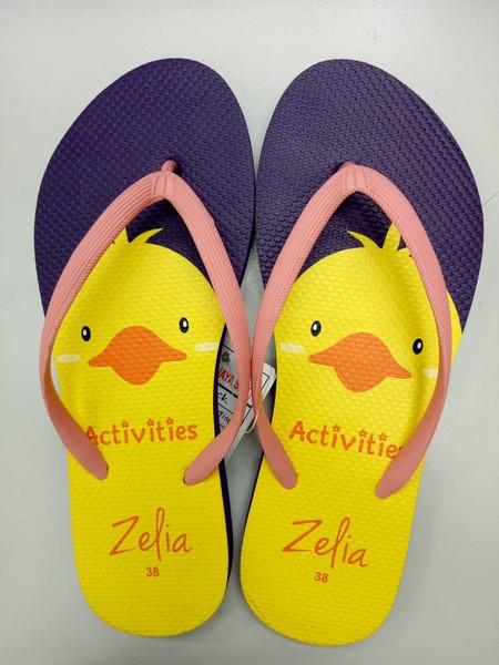 Slipper Zelia adalah Alas kaki Wanita berbahan karet yang lentur dan nyaman untuk keperluan sehari hari dengan motif Bebek yang lucu