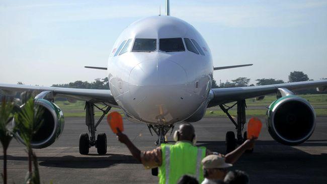 Selain dikenai pungutan Rp200 ribu untuk setiap take-off dan landing, maskapai juga wajib menyediakan 20 kursi gratis dan komisi penjualan tiket di Lanud Halim.