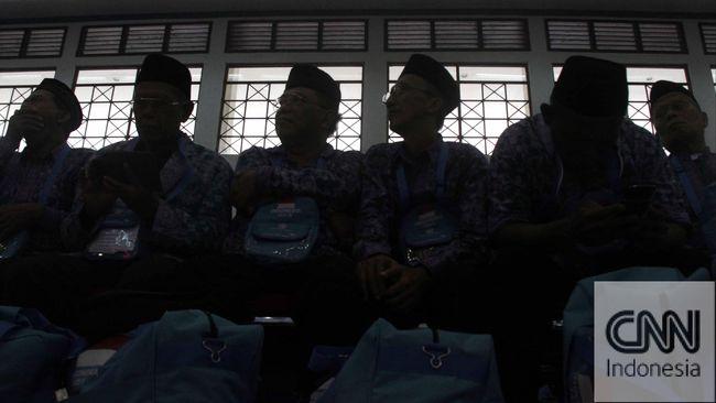 Warga negara Filipina adalah tersangka kedelapan. Tujuh tersangka sebelumnya, adalah warga negara Indonesia pengelola biro perjalanan haji.