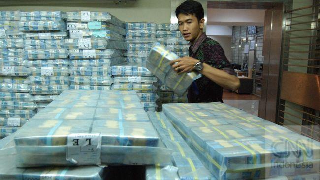 Petugas menata mata uang pecahan Rupiah di cash center BRI, Jakarta, Jumat (11/9). CNNIndonesia/Adhi Wicaksono.