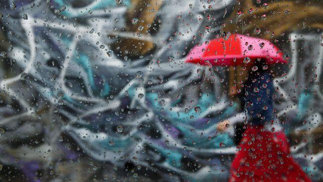 Fenomena hujan es terjadi di sebagian wilayah Jakarta Selatan dan Jakarta Timur. Hujan itu diawali guyuran air yang deras disertai angin kencang.