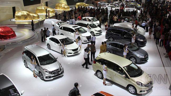 Pekerja menyiapkan mobil yang akan diluncurkan pada pameran otomotif terbesar Indonesia International Motor Show (IIMS) 2014 di Jakarta International Expo Kemayoran, Kamis, 18 September 2014. IIMS 2014 yang berlangsung mulai 18-28 September memamerkan sejumlah kendaraan roda empat dari berbagai produsen mobil . CNN Indonesia/Safir Makki