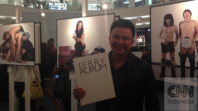 Polisi menangkap Jerry Aurum. Fotografer yang pernah menikah dengan penyanyi Denada itu ditangkap karena kasus narkoba.
