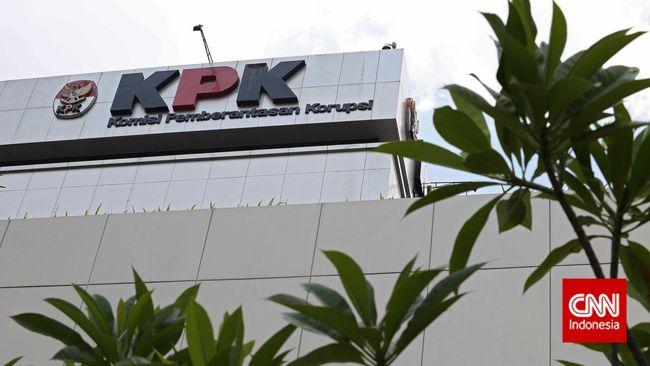 KPK dikabarkan menggeledah rumah yang diduga milik salah seorang komisaris Bank Jatim di kawasan perumahan Bhakti Husada Surabaya, Jawa Timur.