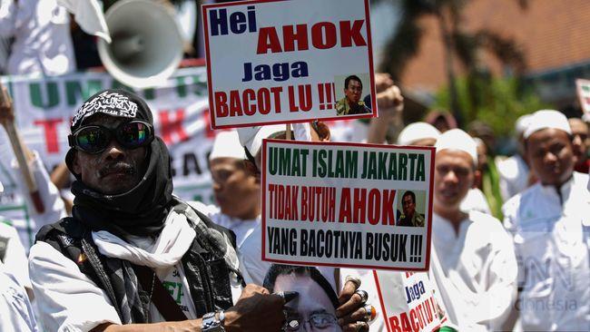 Polisi kini disibukkan oleh setumpuk laporan masyarakat untuk beragam dugaan perkara yang menyeret nama pentolan FPI Rizieq Shihab hingga Ketum PDIP Megawati.