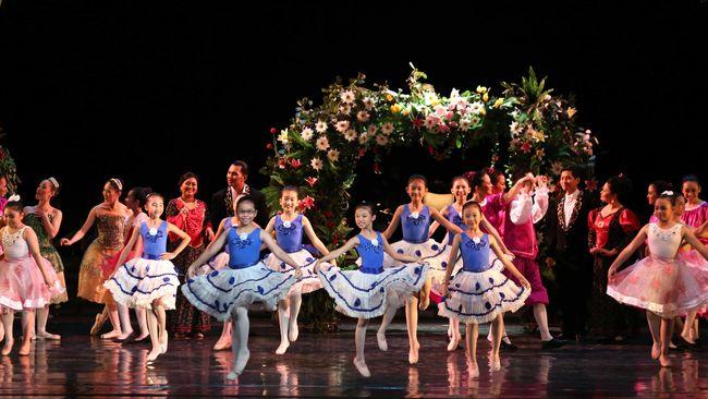 Produser sekaligus penulis skenario A Ballet Tribute to Chrisye. Ella resah untuk menampilkan pertunjukan balet merupakan kecintaannya